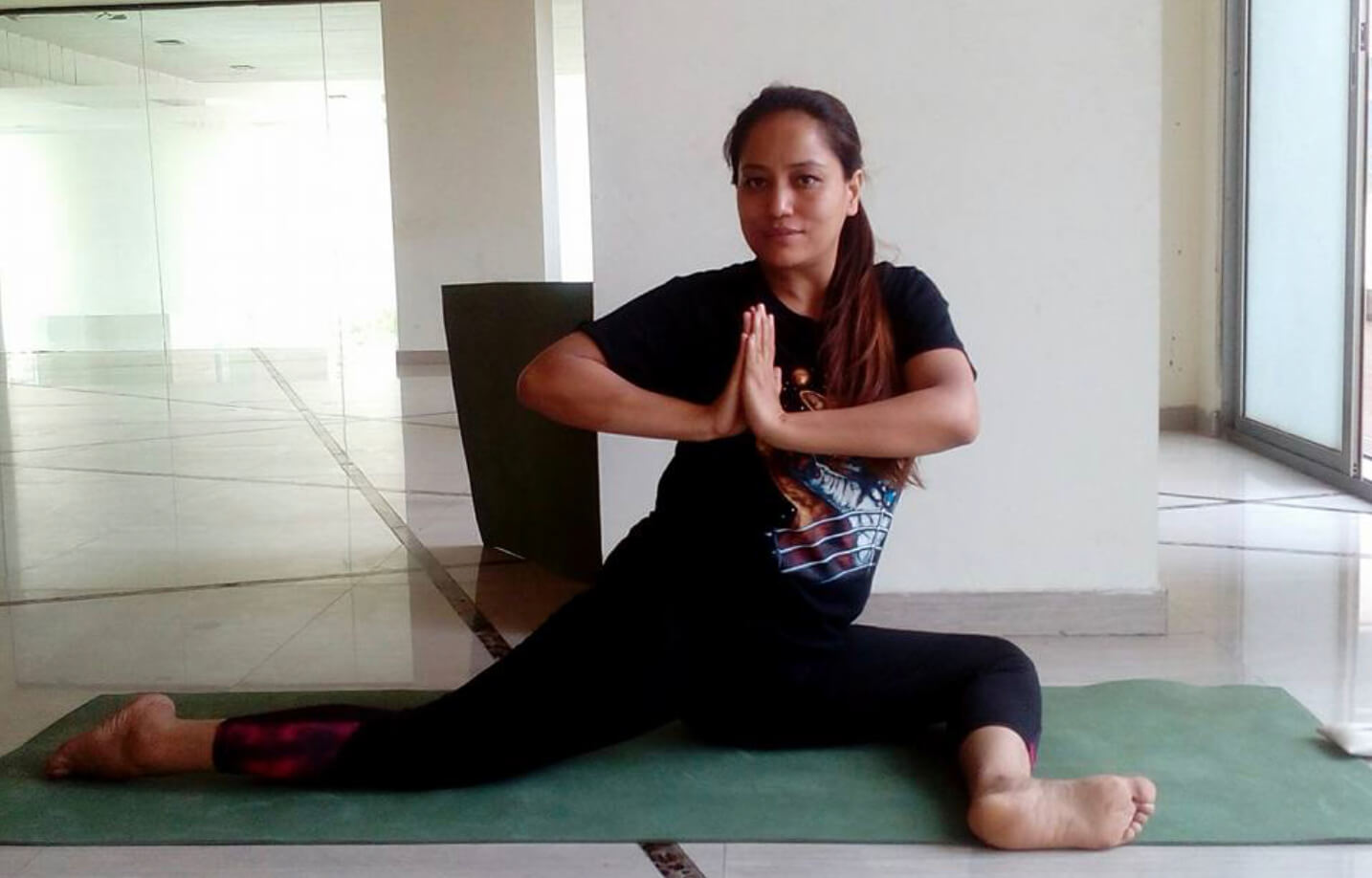 Yoga coach helps patients after testing positive herself